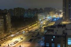 A área do sono da cidade grande é uma opinião da noite de cima de Fotos de Stock