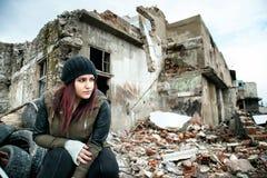 Área e jovem mulher da desconstrução do naufrágio fotos de stock