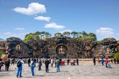 Área escénica de Buda del gigante de Lingshan y x22; abajo monstruos Road& x22; escultura de cobre grande Imágenes de archivo libres de regalías