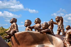 Área escénica de Buda del gigante de Wuxi Lingshan y x22; juego de 100 niños Maitreya& x22; escultura de bronce grande Fotografía de archivo
