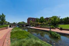 Área escénica en Carrol Creek Promenade en Frederick, Maryland Imagen de archivo libre de regalías