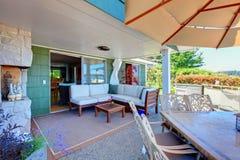 Área exterior de la sala de estar con el sofá. foto de archivo libre de regalías
