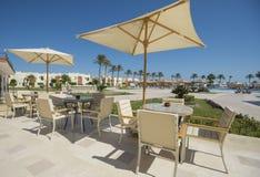 Área exterior do terraço com tabelas em um recurso tropical do hotel Foto de Stock