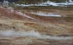 Área geotérmica coberta pelo vapor quente, Islândia fotos de stock