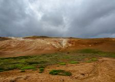 Área geotérmica colorida de Leirhnjukur na área de Krafla perto do lago Myvatn, Islândia norte, Europa imagem de stock royalty free