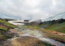 Área geotérmica de Landmannalaugar con sus aguas termales de cocido al vapor al vapor y montañas coloridas de la riolita, viaje d fotos de archivo