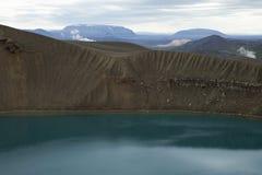 Área geotérmica e um lago em Volcano Crater, Islândia fotos de stock