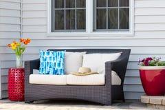Área habitável exterior confortável em um pátio do tijolo Fotografia de Stock