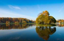 Área idílica del parque cerca del lago azul Fotografía de archivo libre de regalías