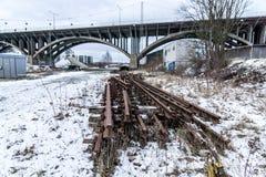 Área industrial com a ponte velha do metal fotografia de stock royalty free