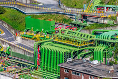 Área industrial de armazenamento de óleos minerais com tubulações coloridas