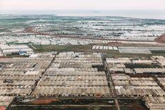 Área industrial en de la parte alta de Jakarta, Indonesia Vista aérea de fábricas y de casas del aeroplano foto de archivo libre de regalías