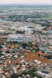 Área industrial en de la parte alta de Jakarta, Indonesia Vista aérea de fábricas y de casas del aeroplano foto de archivo