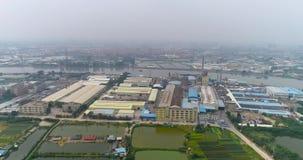 Área industrial, premisas de fábrica, una pequeña fábrica con un alto tubo almacen de metraje de vídeo