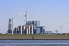 Área industrial y molinoes de viento, Groninga, Países Bajos Imágenes de archivo libres de regalías