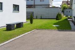 área moderna y garaje de la entrada en calle suburbana Foto de archivo libre de regalías