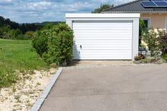 área moderna y garaje de la entrada en calle suburbana Imagen de archivo libre de regalías