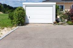 área moderna y garaje de la entrada en calle suburbana Fotografía de archivo libre de regalías