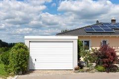 área moderna y garaje de la entrada en calle suburbana Foto de archivo