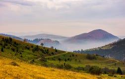 Área montañosa hermosa en último otoño Imagenes de archivo