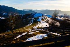 Área montanhosa coberta com a neve de derretimento Paisagem da mola fotos de stock