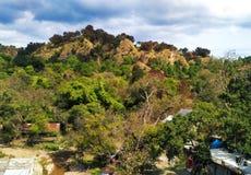 Área montanhosa verde com tempo bonito fotografia de stock