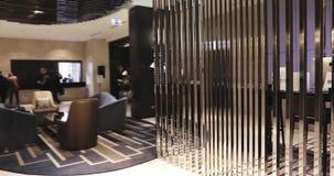 Área o pasillo del pasillo en centro de negocios almacen de video