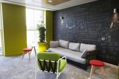 Área ocasional da sala de estar da reunião em locais de negócio vazios fotos de stock royalty free