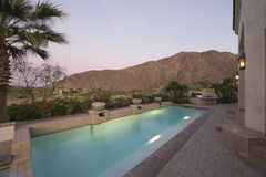 Área pavimentada da piscina da casa imagem de stock royalty free