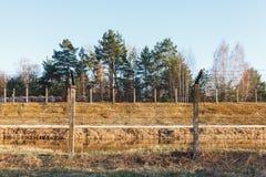 Área peligrosa cercada con la cerca del alambre de púas imagen de archivo libre de regalías