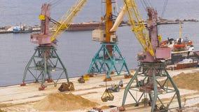 Área portuária industrial Crane com a areia do almofariz das cargas da cubeta no caminhão video estoque