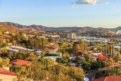 A área resedential rica de Windhoek divide nos montes com mounta Fotos de Stock Royalty Free
