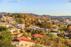 A área resedential rica de Windhoek divide nos montes com o CBD Imagens de Stock