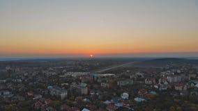 Área residencial da cidade no por do sol, aérea Casas da arquitetura da cidade na cidade pequena no Uzhhorod Ucrânia Europa filme