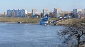 Área residencial do arranha-céus nos bancos do rio de Dnieper em Rechitsa A cidade é ficada situada no banco alto direito do foto de stock