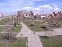 Área residencial do parque urbano da mola da construção da paisagem de Novosibirsk, Shevchenko imagem de stock