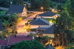 Área residencial iluminada en la noche imagen de archivo libre de regalías