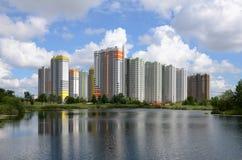 A área residencial nova no lago Foto de Stock Royalty Free