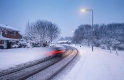 Área suburbana cênico após a queda de neve pesada na noite em Inglaterra foto de stock
