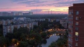 Área urbana residencial da cidade de Moscou nivelando, céu bonito filme