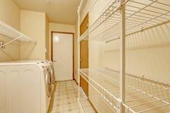 Área vacía del lavadero con los estantes móviles Fotos de archivo libres de regalías