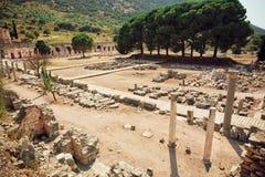 Área velha da cidade com árvores, colunas e as paredes defensivas arruinadas na cidade de Ephesus do império romano Fotos de Stock Royalty Free