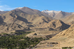 Área verde no vale dos Himalayas Foto de Stock Royalty Free