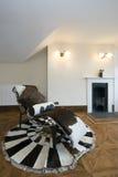 Área viva con la silla de cubierta del diseñador Imagenes de archivo