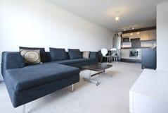 Área viva del plan abierto moderno con el sofá grande imagen de archivo