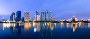 Área y oficina, paisaje urbano de los edificios del negocio en el panora crepuscular Foto de archivo
