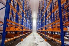 Áreas enormes para o armazenamento dos bens, cremalheira do armazenamento imagens de stock
