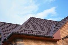 Áreas problemáticas de la casa para la impermeabilización del canal de la lluvia Guttering, canales, tejado del metal, Guttering  imagen de archivo