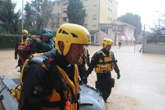 Áreas residenciales inundadas en Marina di Carrara y rescate Imagenes de archivo