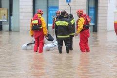 Áreas residenciales inundadas en Marina di Carrara y rescate Imágenes de archivo libres de regalías
